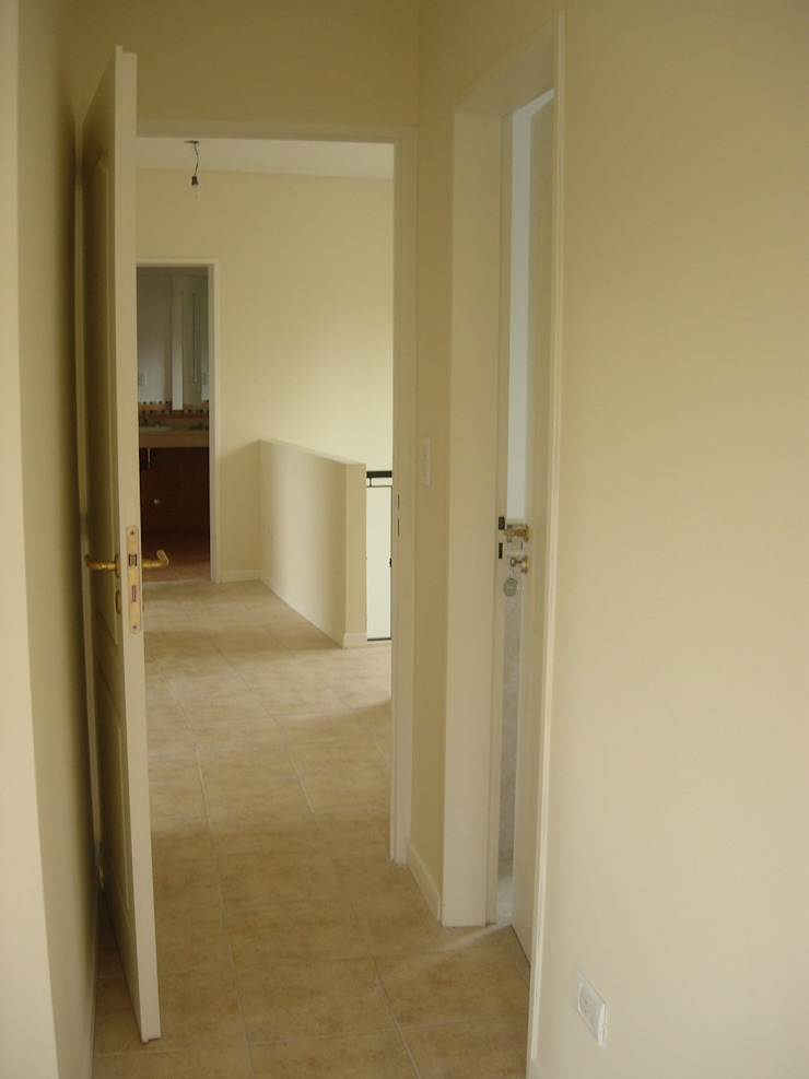 Classic style corridor, hallway and stairs by Grupo PZ Classic