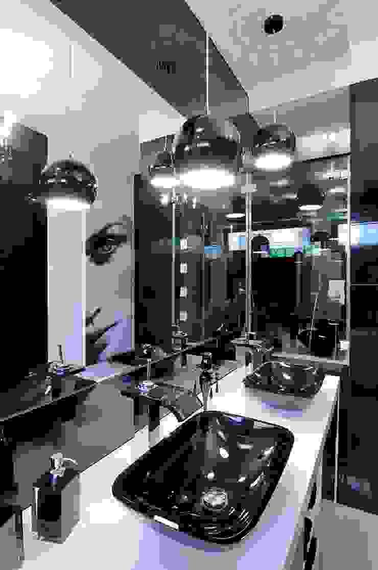 Łazienka czarno- biała Nowoczesna łazienka od ARTEMA PRACOWANIA ARCHITEKTURY WNĘTRZ Nowoczesny Szkło