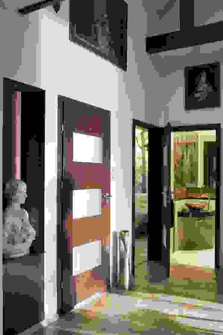 Mieszkanie na poddaszu Nowoczesny korytarz, przedpokój i schody od ARTEMA PRACOWANIA ARCHITEKTURY WNĘTRZ Nowoczesny