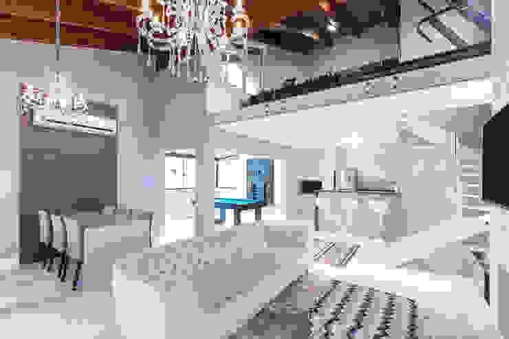 Classic style media room by Camila Chalon Arquitetura Classic