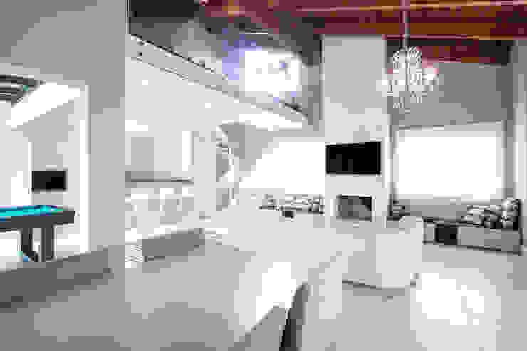 Cobertura , espaço gourmet , sala de jogos, jantar e estar Salas multimídia clássicas por Camila Chalon Arquitetura Clássico