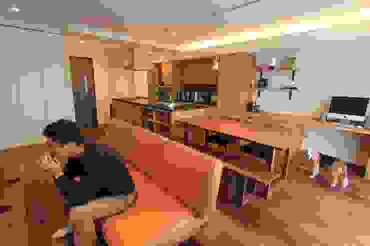 贅沢な大人の箱 I's home: 有限会社横田満康建築研究所が手掛けたスカンジナビアです。,北欧 革 灰色