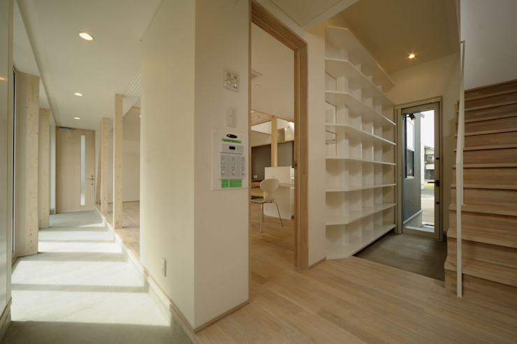 Eclectic corridor, hallway & stairs by フクシアンドフクシ建築事務所 Eclectic