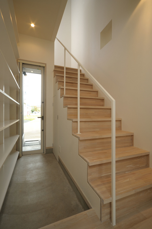 Pasillos, vestíbulos y escaleras de estilo ecléctico de フクシアンドフクシ建築事務所 Ecléctico