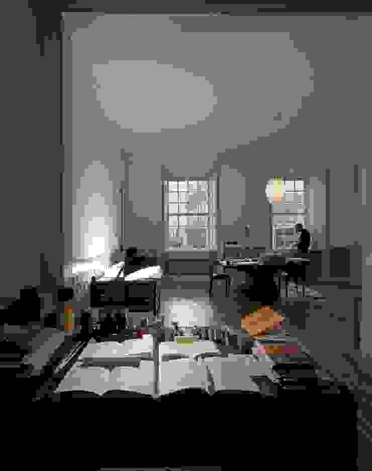 Apartamento na Sé Salas de estar clássicas por Ricardo Carvalho + Joana Vilhena Arquitectos Clássico