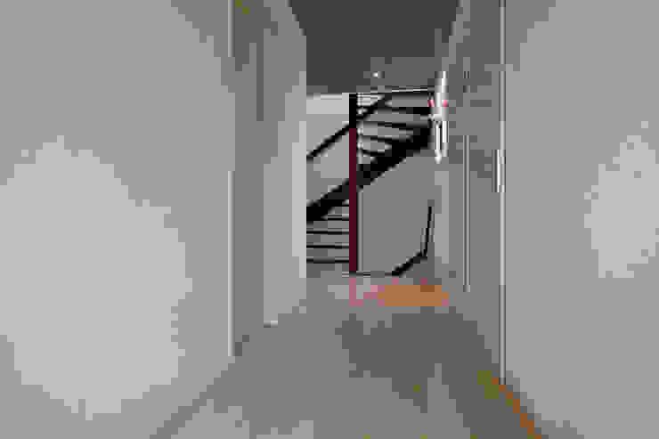 Zeewolde Moderne gangen, hallen & trappenhuizen van Hans Been Architecten BNA BV Modern