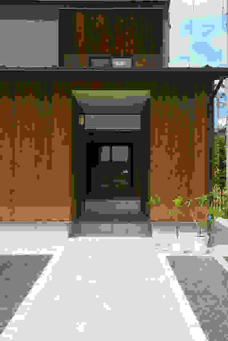 フクシアンドフクシ建築事務所 Couloir, entrée, escaliers originaux Bois Effet bois