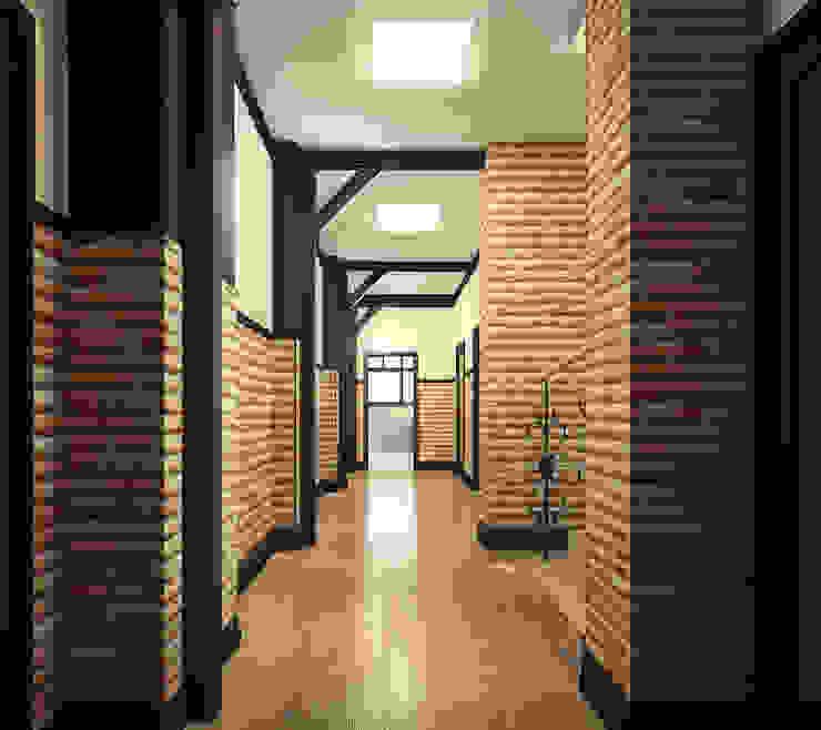 Проект шале в Белгороде Коридор, прихожая и лестница в эклектичном стиле от Инна Михайская Эклектичный