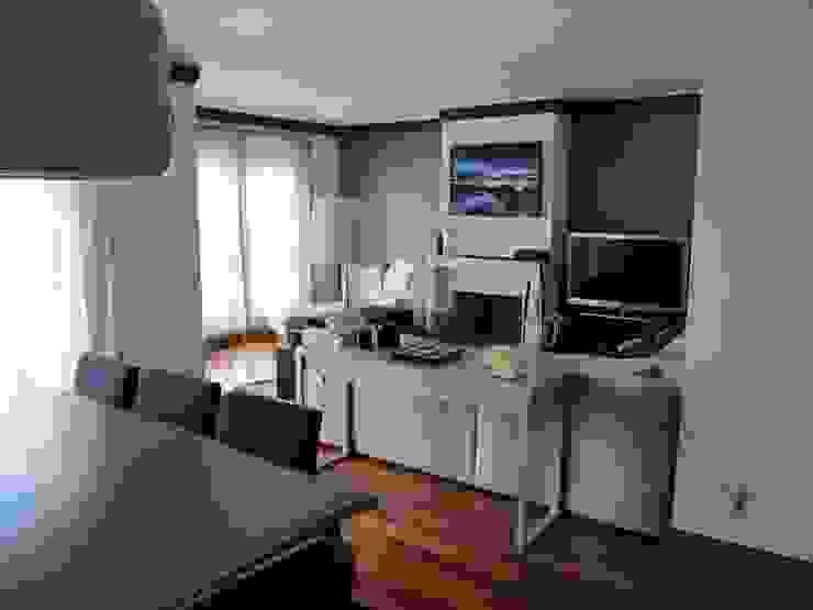 ESPAÇO COMUM Salas de estar modernas por MARIA ILHARCO DE MOURA ARQUITETURA DE INTERIORES E DECORAÇÃO Moderno
