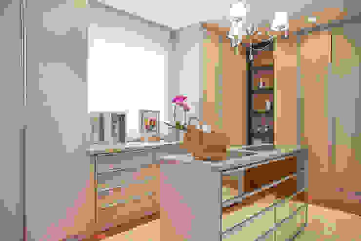Closets de estilo moderno de Arquitetura 8 - Ana Spagnuolo & Marcos Ribeiro Moderno