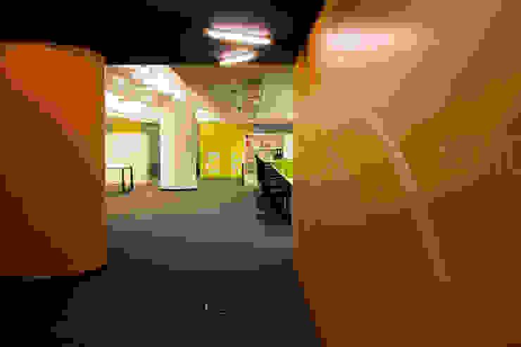 Paula Herrero   Arquitectura Modern study/office Orange