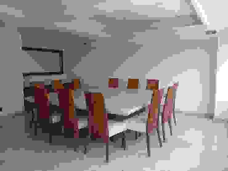 Comedor con cubierta en pergamino de ARMONIC stone & wood design Moderno