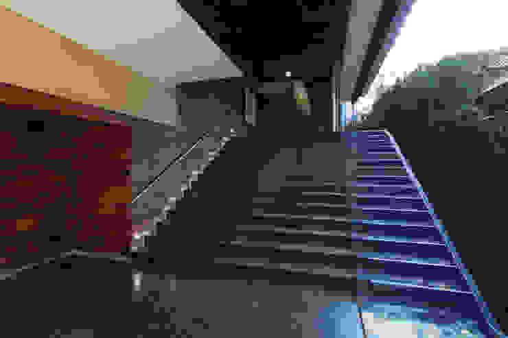 Casas La Punta Pasillos, vestíbulos y escaleras de estilo minimalista de grupoarquitectura Minimalista