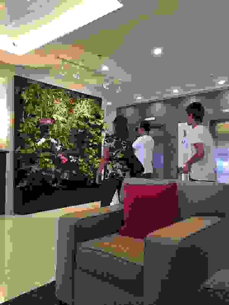 Jardín Vertical Lobby Holiday Inn Pasillos, vestíbulos y escaleras modernos de MuchoVerde.mx Moderno