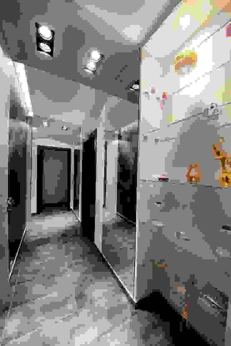 Прихожая в квартире на Смоленской Коридор, прихожая и лестница в модерн стиле от Дизайн-студия «ARTof3L» Модерн