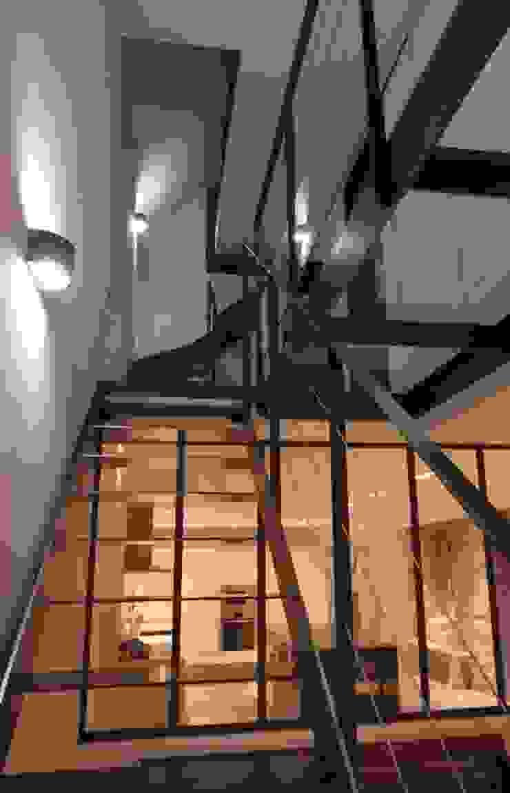 Frédéric TABARY Pasillos, vestíbulos y escaleras de estilo industrial Hierro/Acero Negro