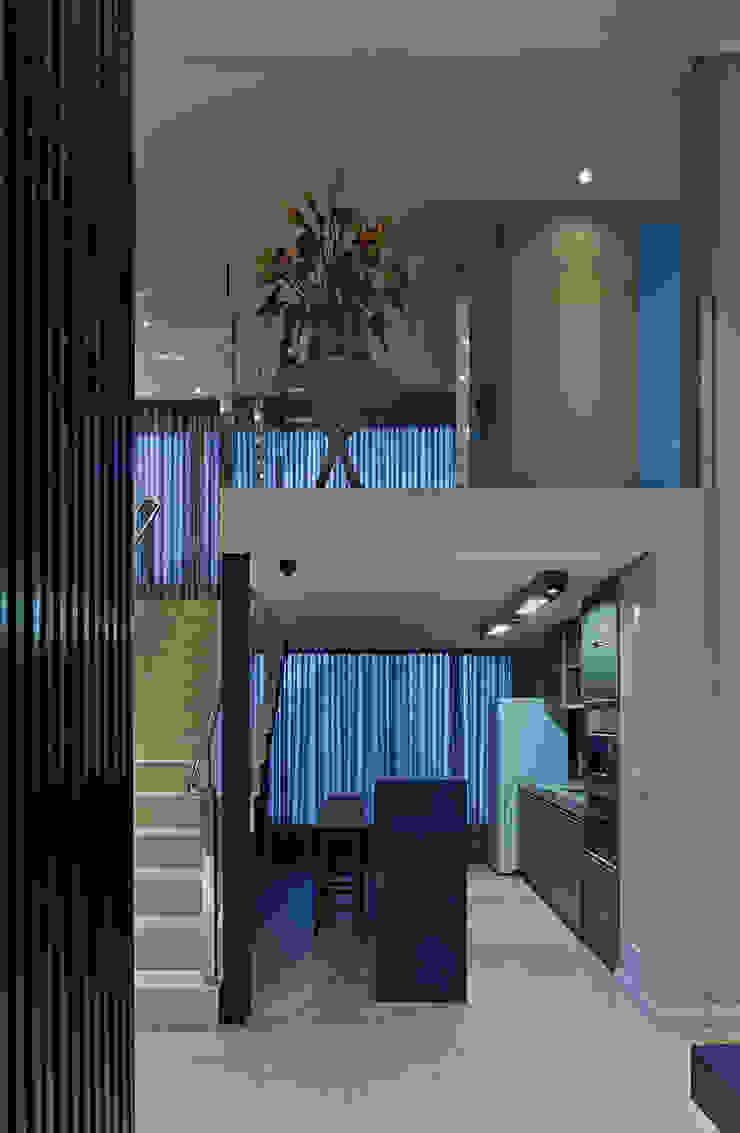 Café e escada Espaços comerciais modernos por Mariana Borges e Thaysa Godoy Moderno