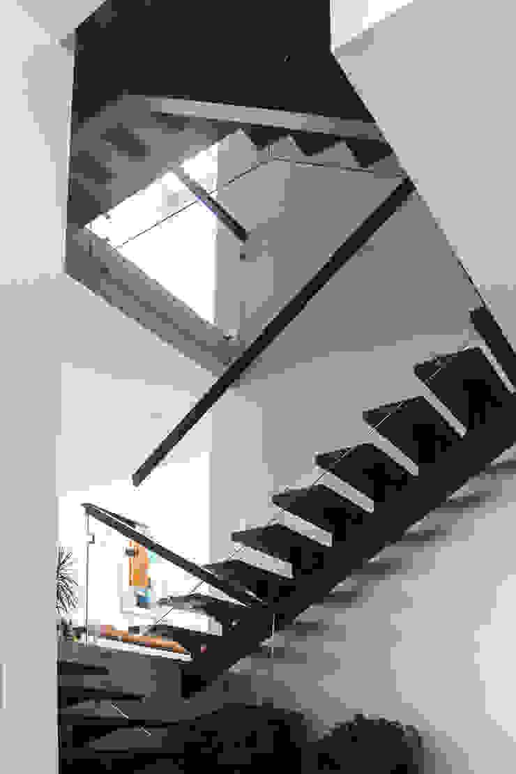 aaestudio Moderner Flur, Diele & Treppenhaus Eisen/Stahl Holznachbildung