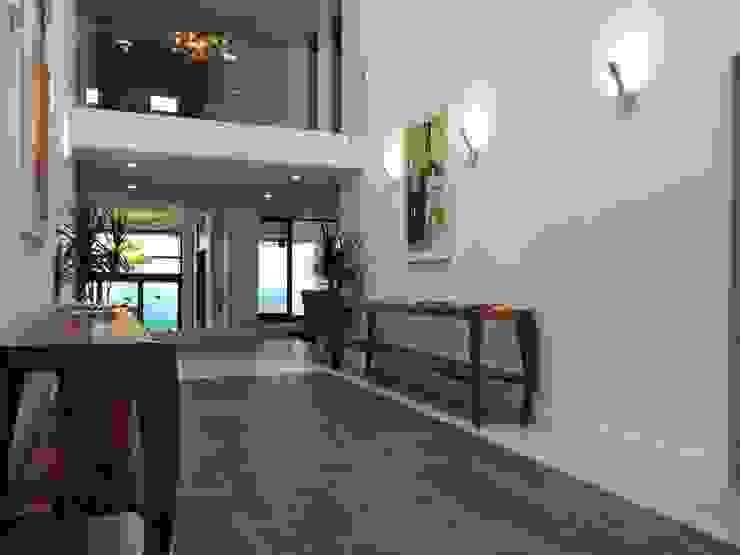 Pasillo Pasillos, vestíbulos y escaleras modernos de aaestudio Moderno