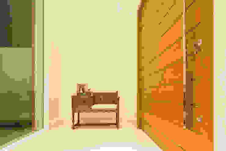 Nowoczesny korytarz, przedpokój i schody od BTarquitetura Nowoczesny