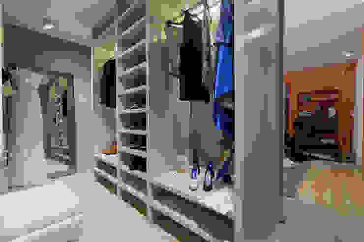 Modern dressing room by ÀS DUAS POR TRÊS Modern