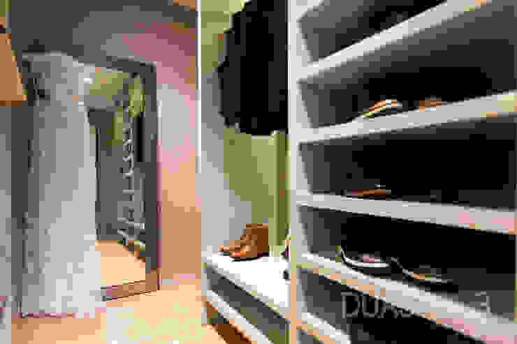 Closet Closets modernos por ÀS DUAS POR TRÊS Moderno