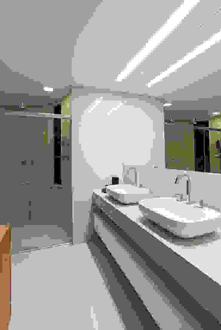 Banho Suite Casal Banheiros modernos por Mariana Borges e Thaysa Godoy Moderno