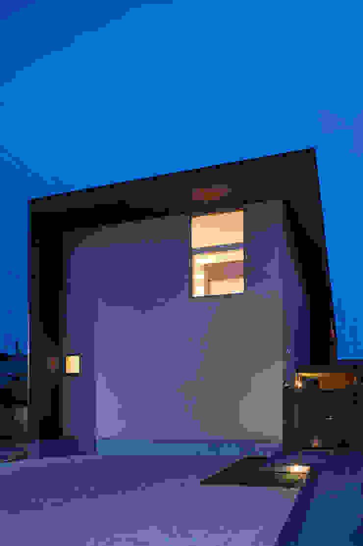 箕面桜井の二世帯住宅 モダンな 家 の ウメダタケヒロ建築設計事務所 モダン