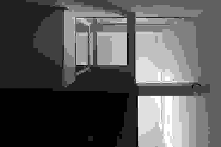 箕面桜井の二世帯住宅 モダンな 壁&床 の ウメダタケヒロ建築設計事務所 モダン