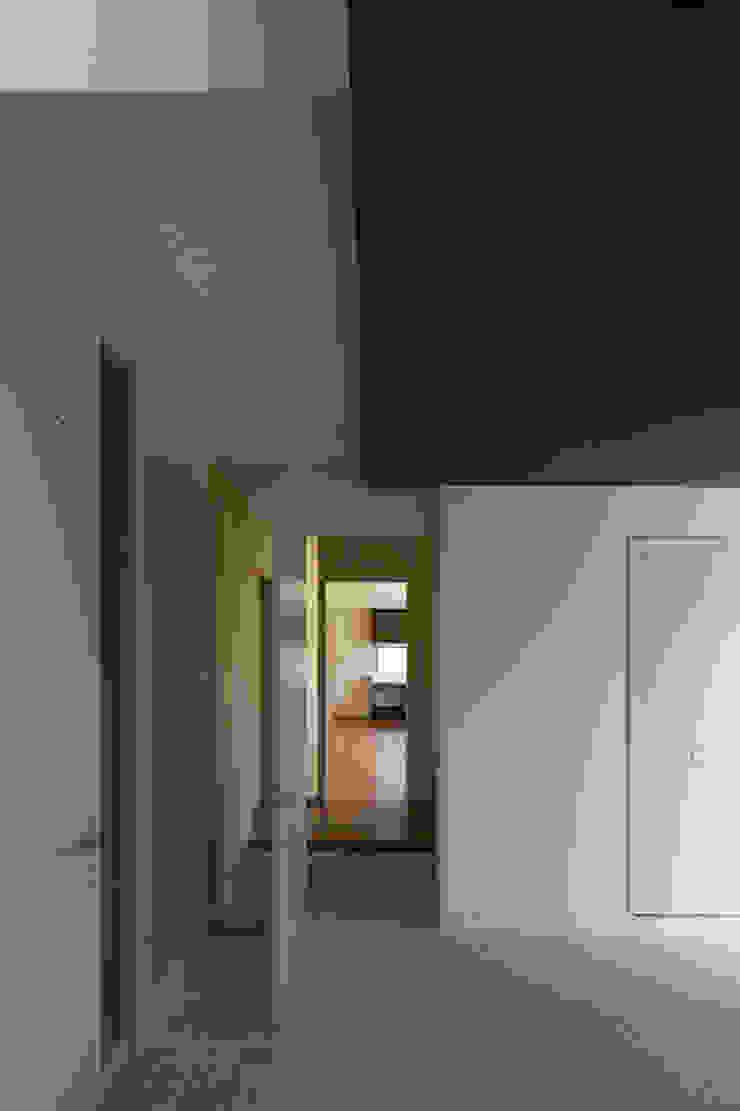 箕面桜井の二世帯住宅 モダンスタイルの 玄関&廊下&階段 の ウメダタケヒロ建築設計事務所 モダン
