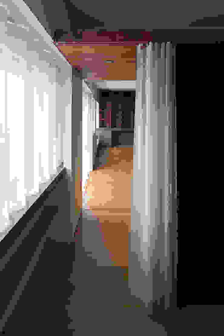 66㎡のフラットハウス(マンション住戸のスケルトン改修) モダンな 壁&床 の ウメダタケヒロ建築設計事務所 モダン