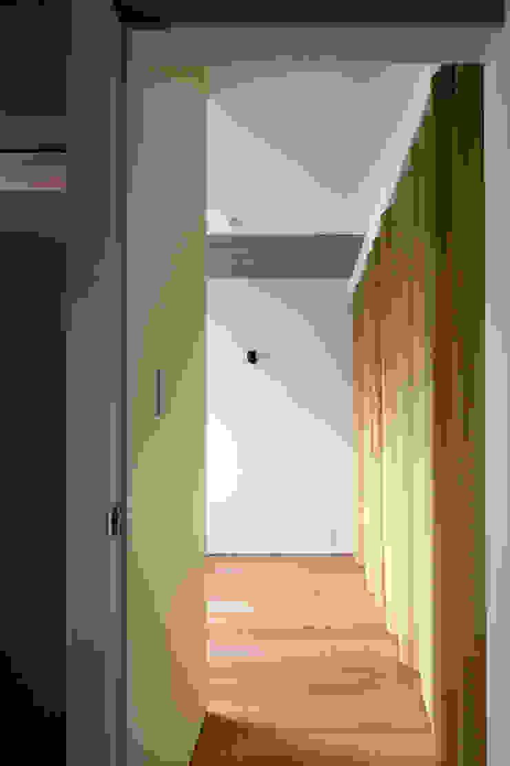 66㎡のフラットハウス(マンション住戸のスケルトン改修) モダンスタイルの寝室 の ウメダタケヒロ建築設計事務所 モダン