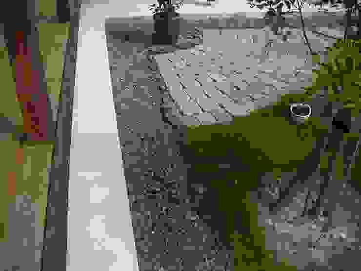 庭 古い瓦を埋め込んで モダンな庭 の 小栗建築設計室 モダン