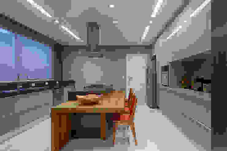 Cozinha com ilha Cozinhas modernas por Mariana Borges e Thaysa Godoy Moderno