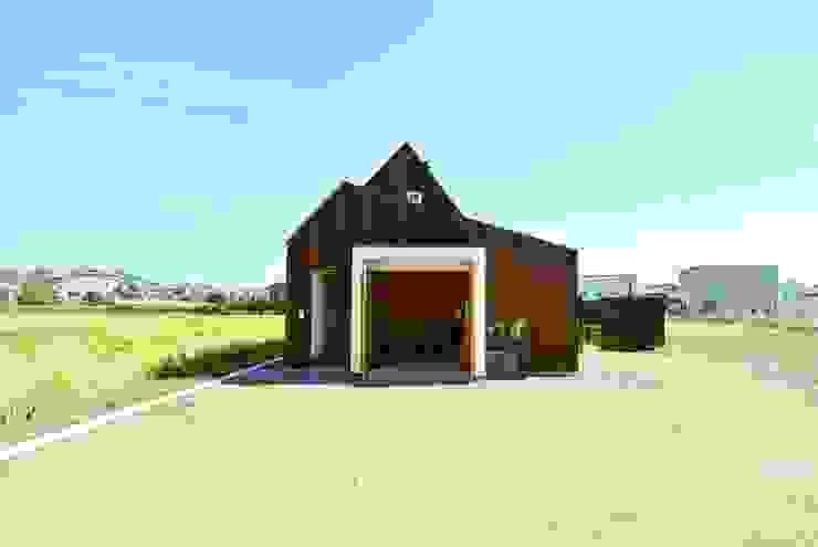 House for DONKORO 모던스타일 주택 by シキナミカズヤ建築研究所 모던 우드 우드 그레인