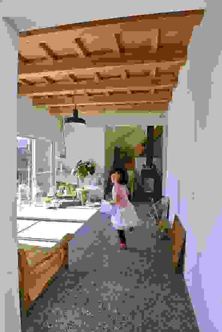 ドンコロの家 モダンデザインの リビング の シキナミカズヤ建築研究所 モダン