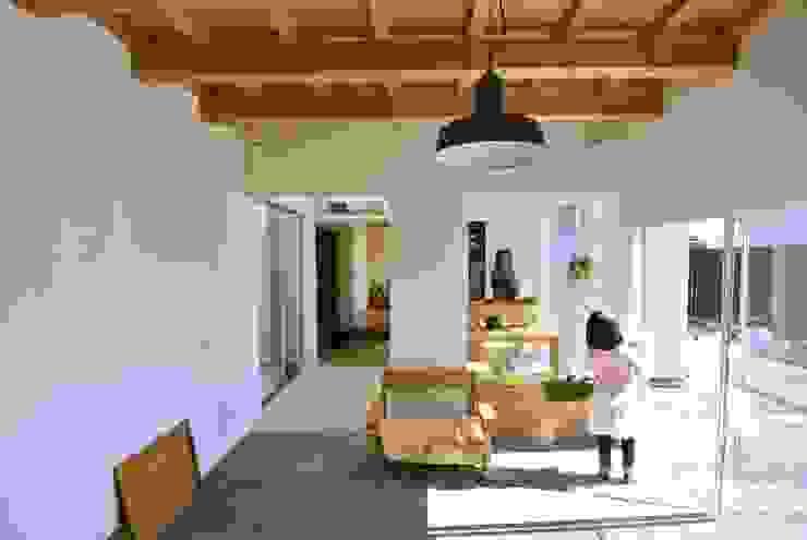 ドンコロの家 シキナミカズヤ建築研究所 モダンデザインの リビング 木 木目調