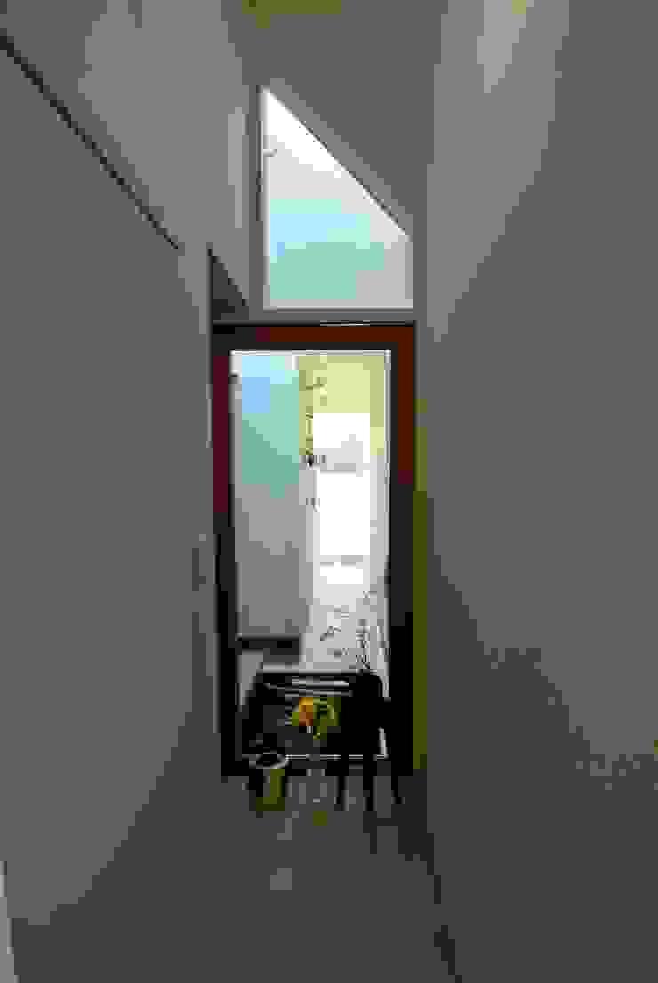 ドンコロの家 モダンスタイルの 玄関&廊下&階段 の シキナミカズヤ建築研究所 モダン