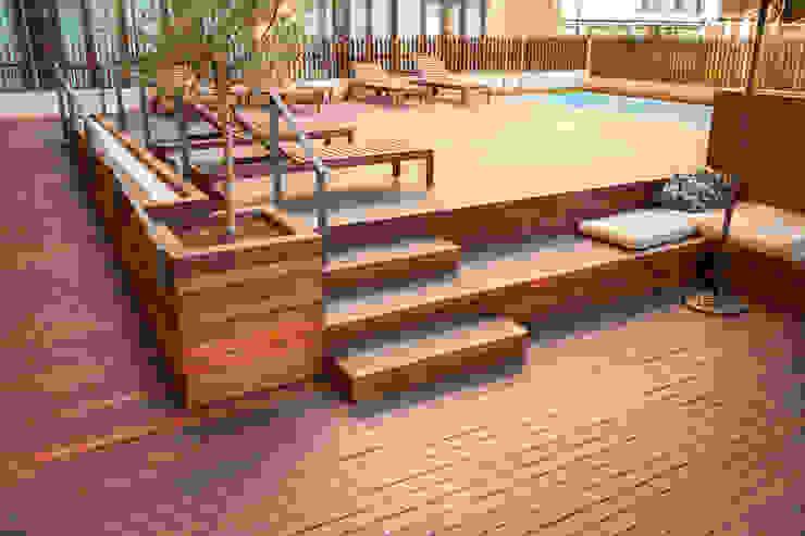TOC HOSTEL BARCELONA Piscinas de estilo moderno de SANCÁS - Puertas y Parquets Moderno Madera Acabado en madera