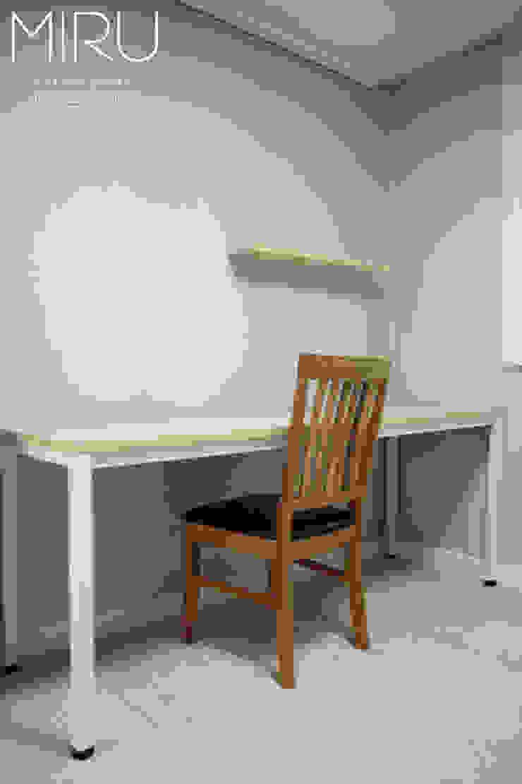 트랜디한 아파트 인테리어(침실,서재방) 모던스타일 서재 / 사무실 by 미루디자인 모던