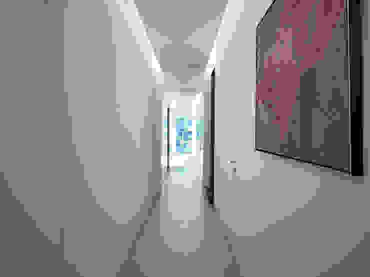 Pasillos, vestíbulos y escaleras modernos de arkham project Moderno