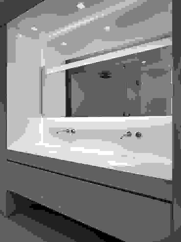 Baños de estilo moderno de arkham project Moderno