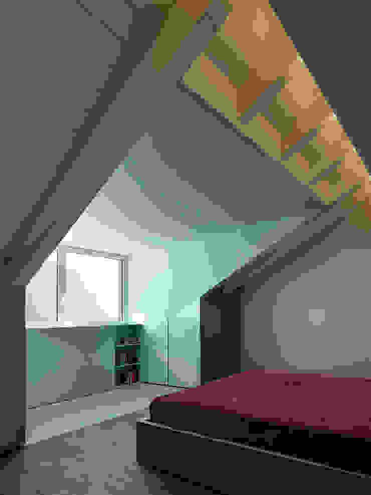 Dormitorios de estilo moderno de arkham project Moderno