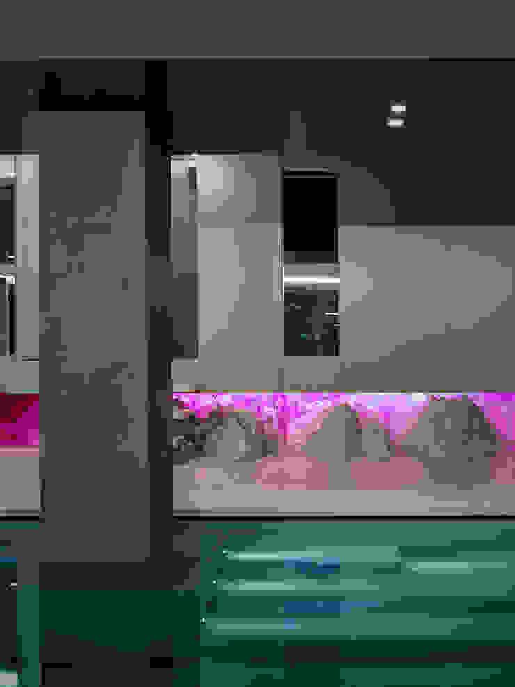 Piscinas de estilo moderno de arkham project Moderno