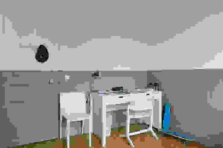 Quand la peinture structure Chambre minimaliste par claire Tassinari Minimaliste