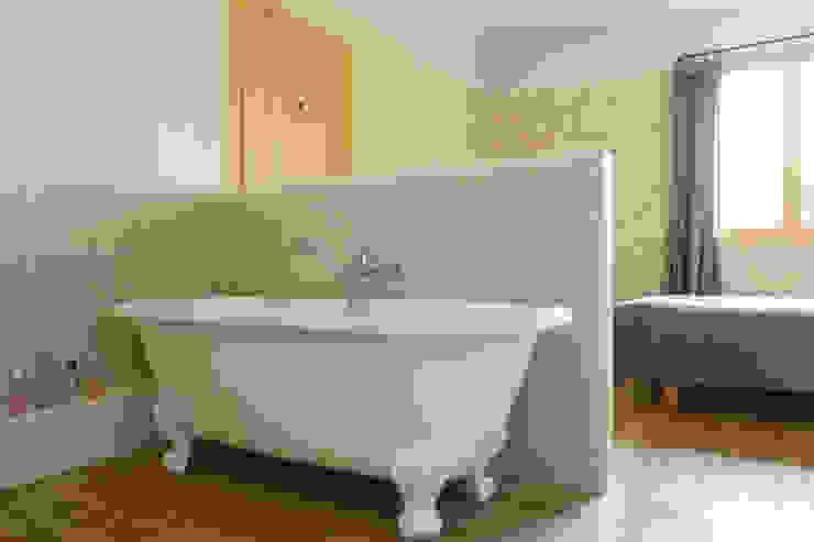 Baños modernos de claire Tassinari Moderno