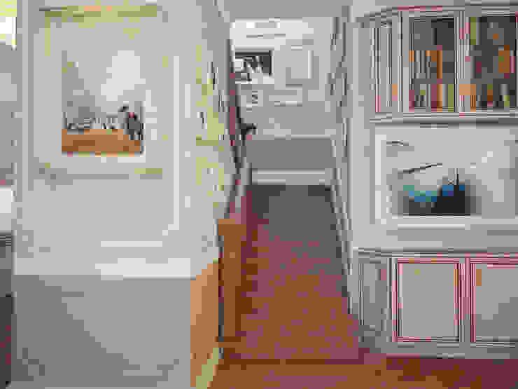 Таунхаус в классическом стиле Коридор, прихожая и лестница в классическом стиле от Настасья Евглевская Классический Дерево Эффект древесины