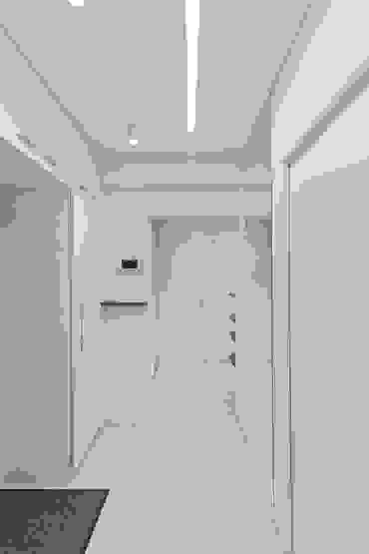 Квартира на улице Маршала Малиновского. Реализация Коридор, прихожая и лестница в стиле минимализм от Rustem Urazmetov Минимализм