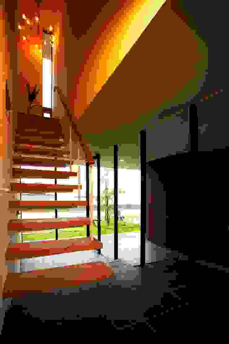 海の家Ⅰ モダンスタイルの 玄関&廊下&階段 の Y.Architectural Design モダン