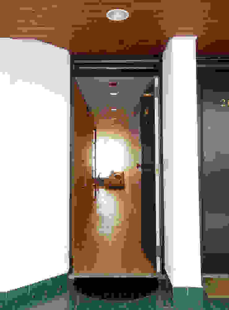 AM Flat Corredores, halls e escadas modernos por EMF arquitetura Moderno